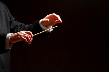 黒の背景に分離された指揮者の手