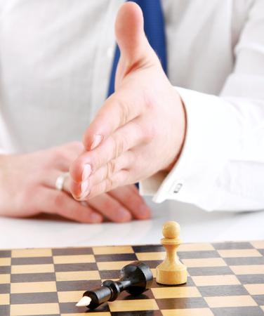 jugando ajedrez: El hombre jugando al ajedrez