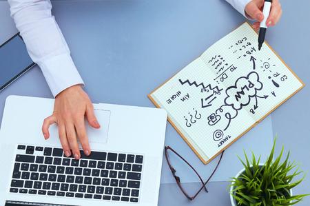 ノート パソコンを机に座って実業家の肖像画