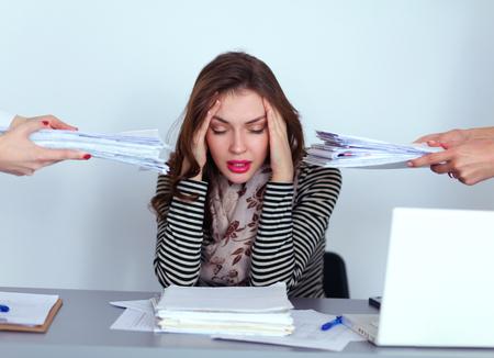 Portret van vermoeide jonge zakenvrouw met laptop computer
