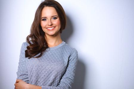 belle brune: Portrait d'une jolie jeune femme brune � la mode