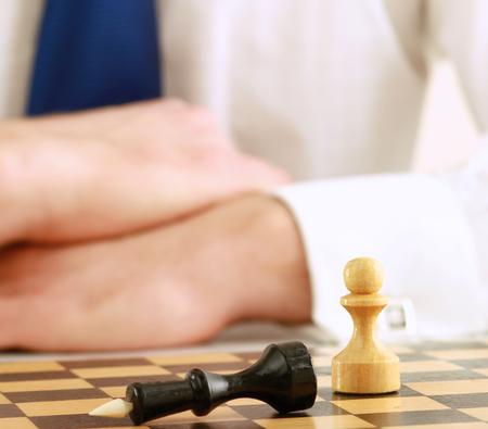 jugando ajedrez: Ajedrez hombre de juego Foto de archivo