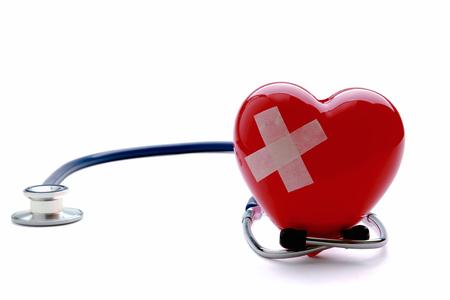 corazon roto: Primer plano de un coraz�n roto con un estetoscopio, aislado en blanco
