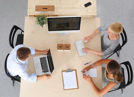 mujeres juntas: Grupo de personas de negocios trabajando juntos.