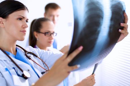X 線で見ている医者の若いグループです。