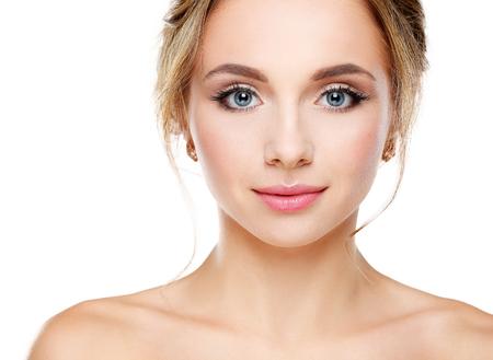白い背景に対して完璧な肌を持つ美しい若い女性のスタジオ撮影