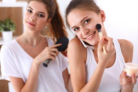 pijamada: Dos mujeres jóvenes mimos se en una fiesta de pijamas. Foto de archivo