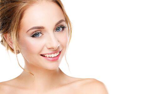 Studioaufnahme von einer schönen jungen Frau mit perfekter Haut vor einem weißen Hintergrund