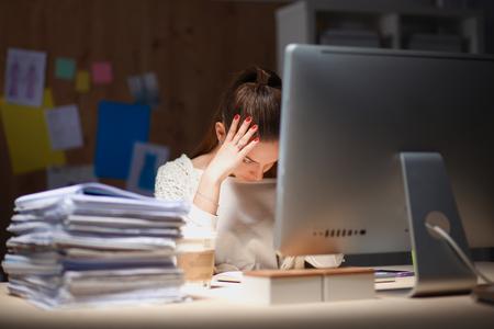 agotado: Joven y bella mujer de negocios cansado del trabajo en la oficina.