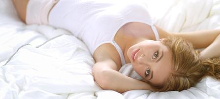 Hermosas mujeres jóvenes acostado en la cama Foto de archivo - 83816721