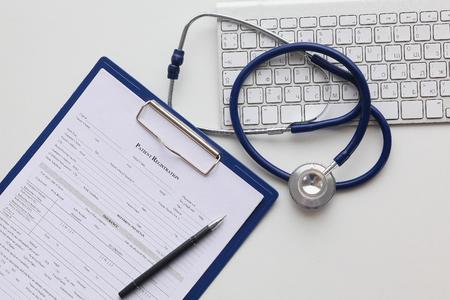 Tablet PC et équipements médicaux, concept de technologie médicale. Stéthoscope.