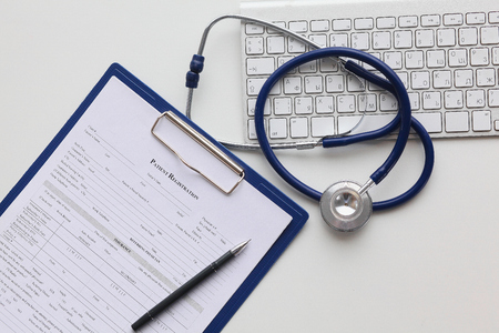 Tablet-PC und medizinische Geräte, Medizintechnikkonzept. Stethoskop.