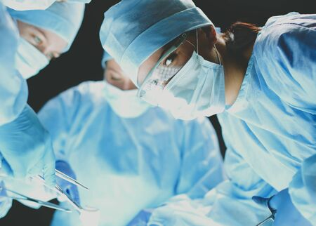 Chirurgo di squadra al lavoro su operando in ospedale