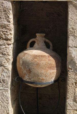 frascos antiguos y ánforas planteadas por los arqueólogos desde el fondo del mar Egeo