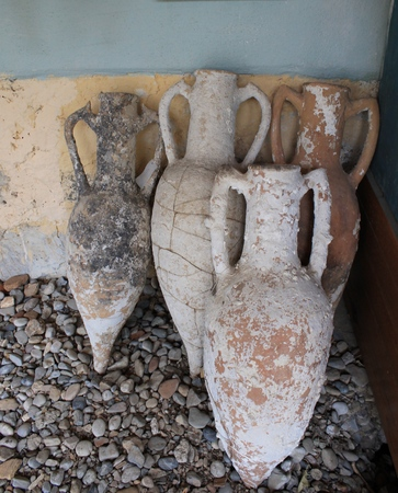 frascos antiguos y ánforas planteadas por los arqueólogos desde la fecha del mar Egeo