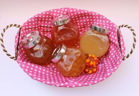 membrillo: Mermelada de membrillo, melocotones, albaricoques y miel en frascos de vidrio