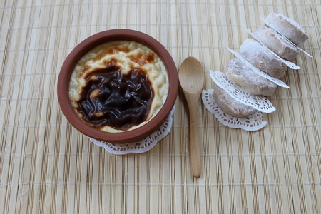 arroz: Leche de arroz con leche, al horno, espolvorear la parte superior con la canela, turco syutlach postre y galletas de mantequilla Foto de archivo