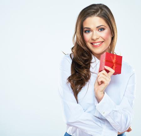 Sorrindo, mulher, caixa de presente vermelha, segure. Fundo branco isolado. Foto de archivo - 83742287
