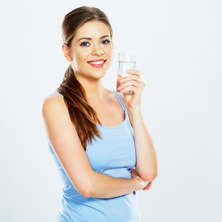 mooi die het waterglas van de vrouwengreep op witte achtergrond wordt geïsoleerd