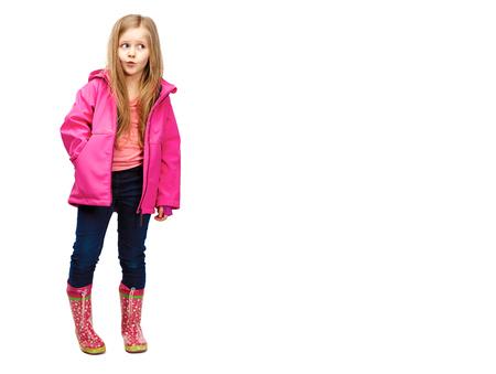 Het meisjes stellende manier van het kind op witte achtergrond.