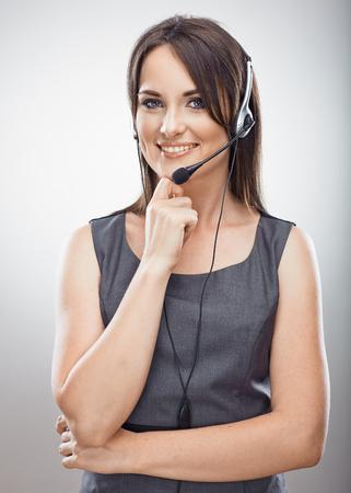 여자 고객 서비스 작업자, 콜 센터 미소 연산자의 초상화. 격리 된 세로입니다.