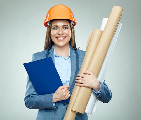 Lachende zakenvrouw bedrijf technische tekening. Geïsoleerde portret van vastgoed zakenvrouw. Stockfoto