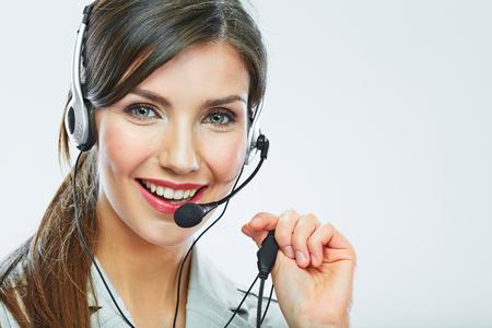 고객 지원 연산자는 초상화를 닫습니다. 콜 센터 웃는 연산자로 전화 헤드셋.