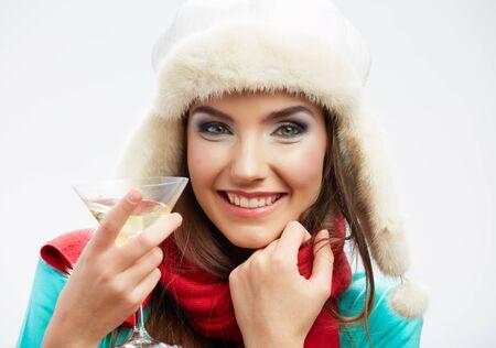 pelo castaño claro: Retrato de una hermosa joven celebrar a la mujer. sonriendo feliz modelo femenino celebrar copa de vino y algunos celebrar. Foto de archivo