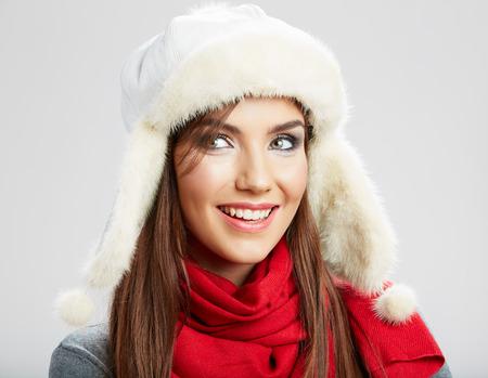 pelo castaño claro: Retrato de mujer joven hermosa vestida con ropa de invierno Foto de archivo