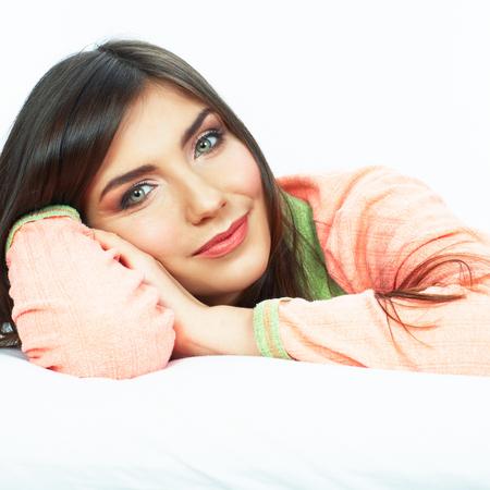 Mooie jonge vrouw in bed. Glimlachend meisjes dicht omhooggaand portret.