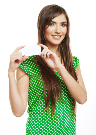 Teenager girl hold white blank paper card. Young smiling woman show blank board. Foto de archivo