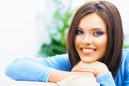 Toothy lachende meisje close-up portret. Lang haar jong model. Stockfoto