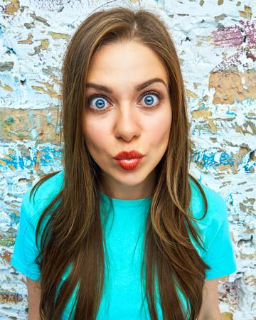Ciérrese encima del retrato emocional de la cara divertida de la mujer Foto de archivo - 85446749