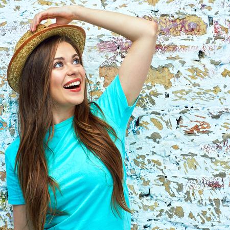 Glückliche Frau mit gelbem Hut. Toothy lächelt. Standard-Bild - 85679261