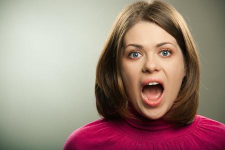 portrait de femme crier sur fond gris