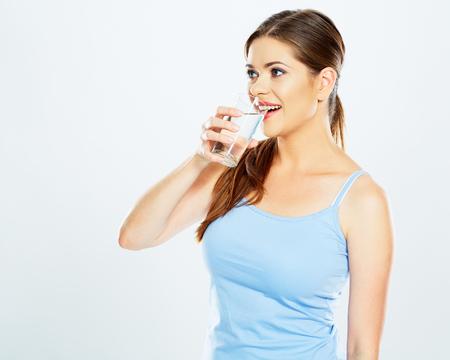 vrouw drinkt water met glas. witte achtergrond geïsoleerd.