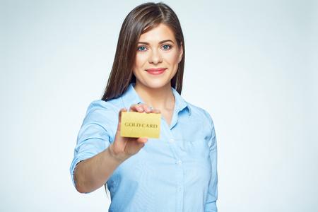 Femme d'affaires de carte de crédit tenant. Visage souriant.