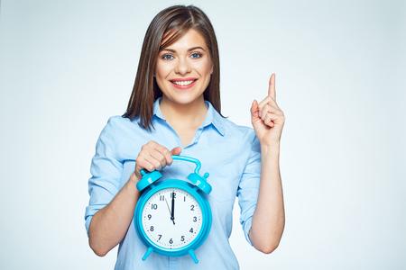 Uśmiechnięta Biznesowa kobieta trzyma zegarek budzika. Na białym tle portret.
