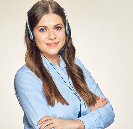 lachende call center vrouw operator. geïsoleerd vrouwelijk studioportret.