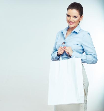 Zakelijke vrouw houdt witte boodschappentas. Geïsoleerd vrouwelijk portret. Meisje model Stockfoto