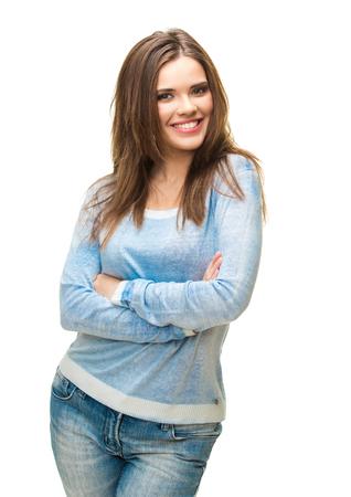 Retrato de joven mujer casual con sonrisa con dientes aislado sobre fondo blanco. Vestido de azul