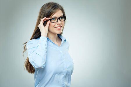 Jonge zakenvrouw geïsoleerd studio portret. Glimlachend meisje dat een bril draagt.