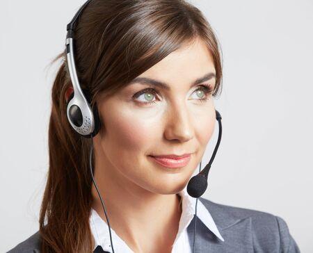 Retrato de mujer trabajadora de servicio al cliente, operador sonriente del centro de llamadas con auriculares telefónicos