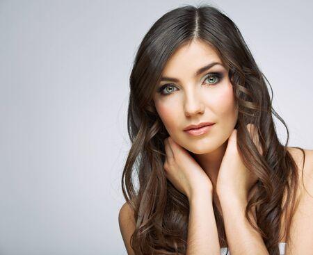 Retrato de rostro de mujer de belleza. Aislado sobre fondo gris. Presentación modelo femenina del estudio.