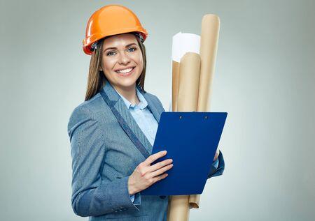 Uśmiechnięta kobieta architekt trzymając papierowe plany i schowka. Portret na białym tle.
