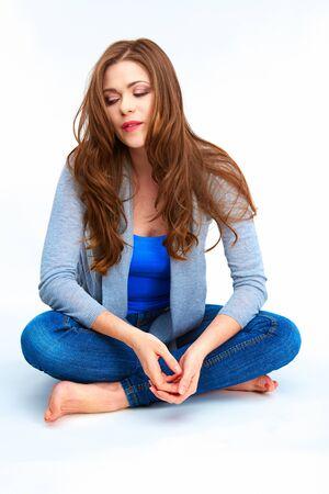 Casual stijl jonge vrouw zittend op witte vloer. Vrouwelijke modus full body portrait.l.