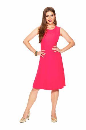 Rode jurk. Volledige lichaam. Glimlachend model. Jonge vrouw witte achtergrond portret. Stockfoto