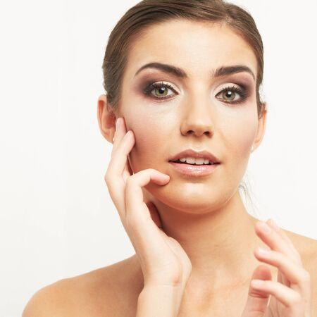Het portret van de schoonheidsstijl van jong vrouwelijk model. Geïsoleerd vrouwengezicht op witte achtergrond. Stockfoto