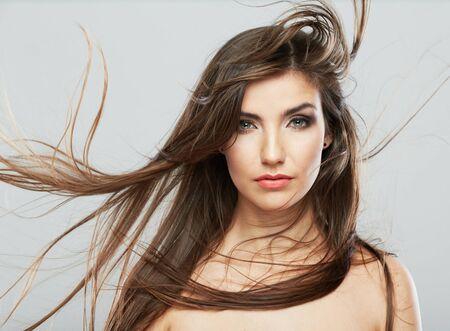 Frauenporträt der Frisur. Weibliches Modell lokalisiert auf weißem Hintergrund. Haare in Bewegung.