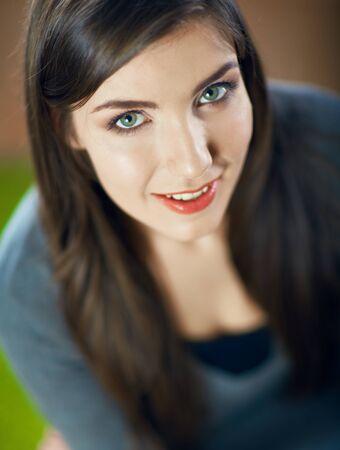 Bliska twarz portret pięknej uśmiechniętej dziewczyny nastolatka. Piękne oczy. Długie włosy. Zdjęcie Seryjne